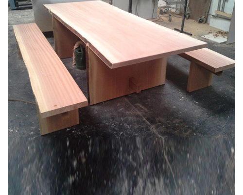 Gartenmöbel: Rustikaler Holztisch